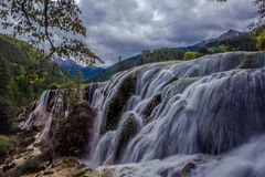 Vattenfall i Jiuzhaigou Valley, Sichuan, Kina royaltyfria foton