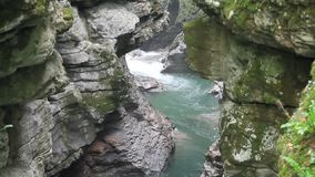 Vattenfall i kanjonen stock video