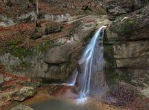 Vattenfall i klyftanedgången ibland Arkivbild