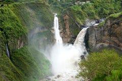 Vattenfall i mitt av naturen Royaltyfria Foton