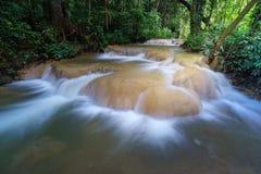 Vattenfall i mitt av skogen Royaltyfri Foto