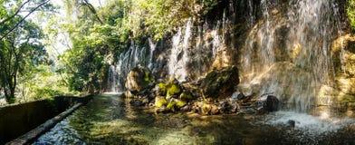 Vattenfall i nationalparken för El Imposible, Honduras Arkivbild