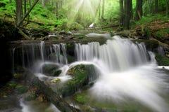 Vattenfall i nationalparken Sumava Arkivfoto