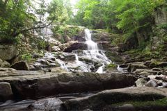 Vattenfall i natur arkivbild