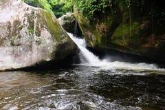 Vattenfall i Parque Nacional da Serra DOS Orgaos i Guapimirim, royaltyfria bilder