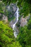 Vattenfall i Rainforestberg i Hokkaido, Japan Arkivbilder