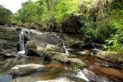 Vattenfall i skog royaltyfria foton