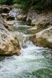 Vattenfall i skog på berg Royaltyfri Foto