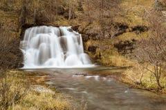 Vattenfall i skogen, Devero fjälläng Royaltyfria Bilder