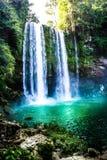 Vattenfall i skogen med den gröna vattensjön aguaazulmexico vattenfall Arkivfoton