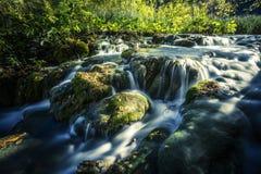 Vattenfall i solskenet i den Plitvice nationalparken Arkivbilder