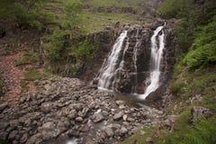 Vattenfall i steniga berg Royaltyfria Foton