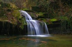 Vattenfall i strömmen Arkivfoton
