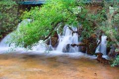 Vattenfall i svart drakepöl. Royaltyfria Bilder