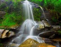 Vattenfall i thai nationalpark. Arkivfoto