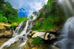 Vattenfall i thai nationalpark. Royaltyfria Bilder