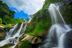 Vattenfall i thai nationalpark. Royaltyfria Bilder