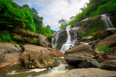 Vattenfall i thai nationalpark. Royaltyfri Foto