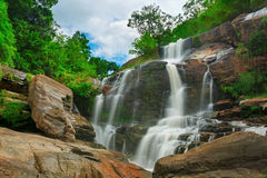 Vattenfall i thai nationalpark. Royaltyfri Fotografi