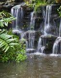 Vattenfall i trädgården Arkivbilder