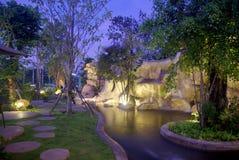 Vattenfall i trädgården på natten Arkivbild