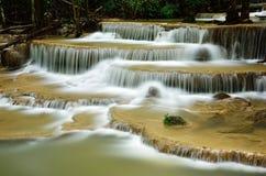 Vattenfall i tropisk djup skog Royaltyfria Bilder