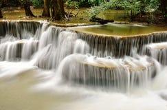 Vattenfall i tropisk djup skog Royaltyfri Fotografi