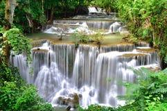Vattenfall i tropisk djup skog Royaltyfri Foto