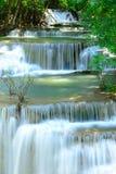 Vattenfall i tropisk djup skog på Huay Maekhamin Arkivbild