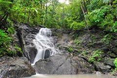 Vattenfall i tropisk regnskogdjungel. Thailand natur Arkivbilder