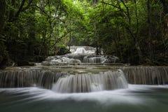Vattenfall i tropisk skog Royaltyfria Foton