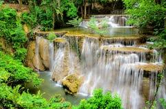 Vattenfall i tropisk skog av nationalparken, Thailand Fotografering för Bildbyråer