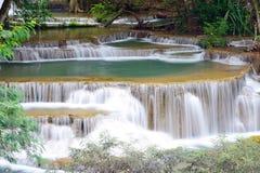 Vattenfall i tropisk skog i Thailand Arkivfoto