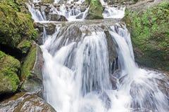 Vattenfall i tropiskt område av Jogjakarta Indonesien Arkivbilder