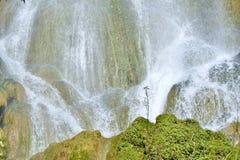 Vattenfall i vattenfall eller kaskader för en frodig rainforest härliga i El Nicho Arkivfoto