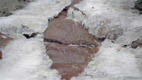 Vattenfall i vinterförkylning med is och snö lager videofilmer
