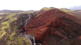 Vattenfall i vulkan Bergfloden flödar in i en vattenfall lager videofilmer