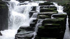 Vattenfall inom den TengLong grottan Arkivfoton