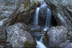 Vattenfall inom en grotta Arkivfoto
