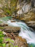 Vattenfall kanadensiska steniga berg Arkivfoto