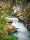 Vattenfall kanadensiska steniga berg Royaltyfri Fotografi