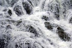 Vattenfall kaskad Closeup till en vattenfall Vattenfalldetaljer Royaltyfri Bild