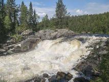 Vattenfall Kivakkakoski, Kivakksky ingång i Karelia closeup Royaltyfria Foton