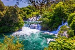 Vattenfall Krka, nationalpark, Dalmatia, Kroatien Sikt av den Krka nationalparken, Roski smällläge, Kroatien, Europa härligt arkivfoton