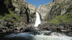 Vattenfall Kurkure i Altai berg, Altai republik, Sibirien, Ryssland arkivfilmer