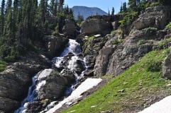 Vattenfall längs att gå till solvägen Arkivfoton