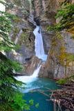 Vattenfall längs den Icefields gångallén i de kanadensiska steniga bergen mellan Banff och jaspisen Arkivfoton