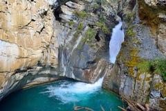 Vattenfall längs den Icefields gångallén i de kanadensiska steniga bergen mellan Banff och jaspisen Royaltyfri Bild