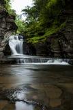 Vattenfall - Manorkill nedgångar - Catskill berg, New York royaltyfri fotografi