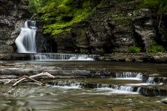 Vattenfall - Manorkill nedgångar - Catskill berg, New York arkivbilder